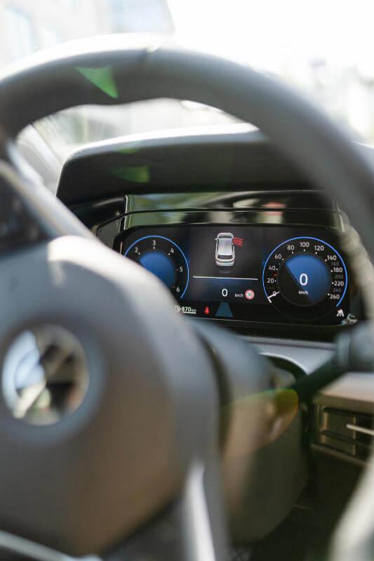 Digitaler Tacho von Fahrschulauto