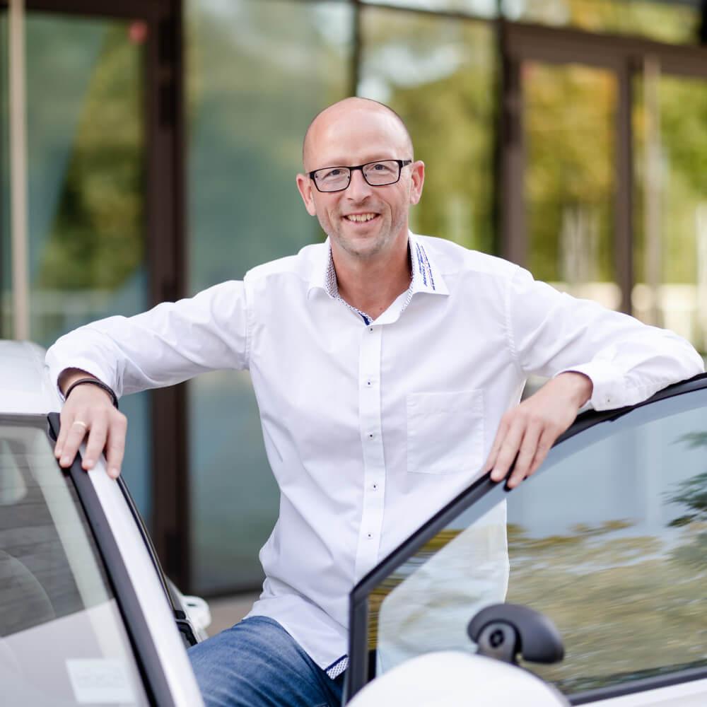 Carsten Seibel im Fahrschulauto