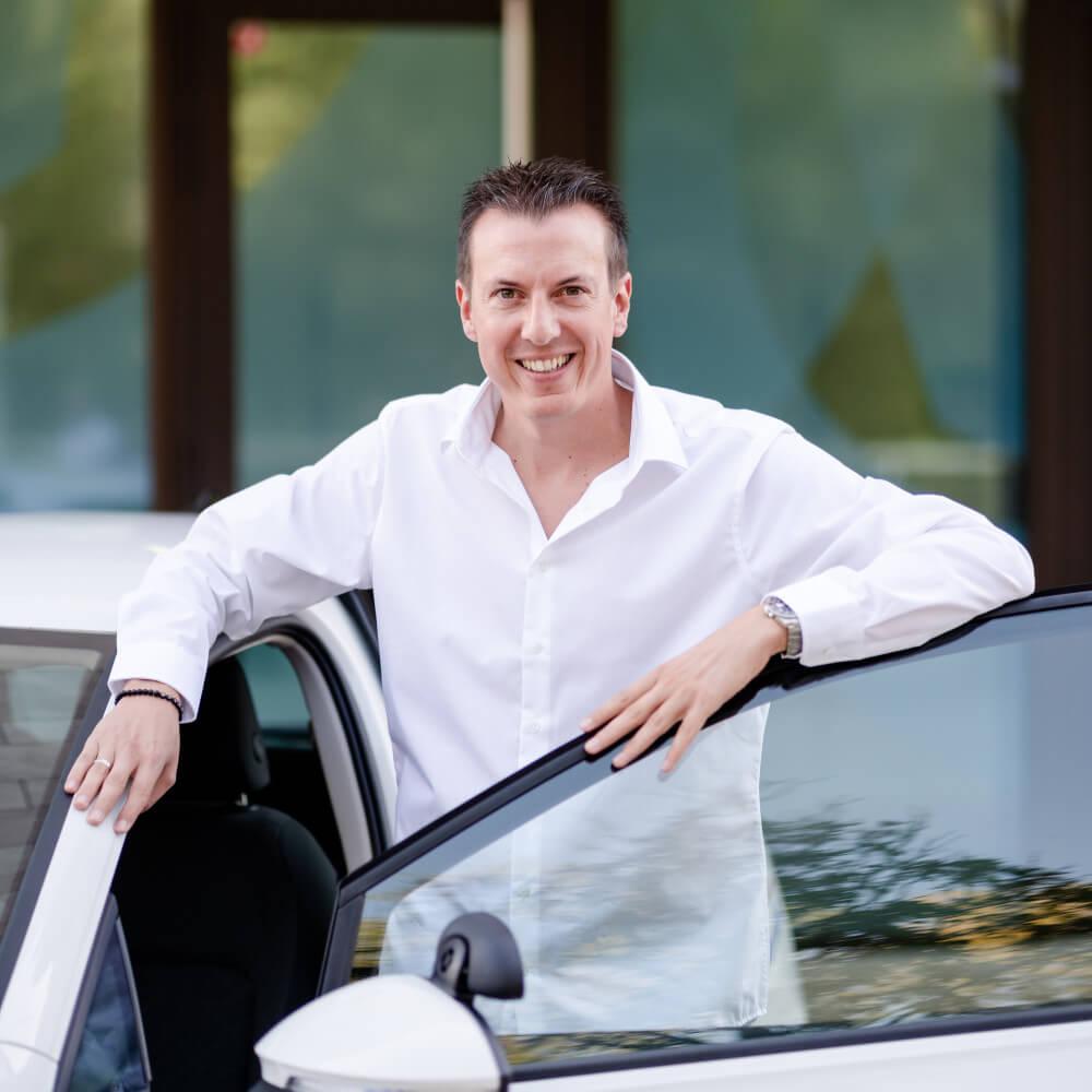 Marcel Baumann im Fahrschulauto