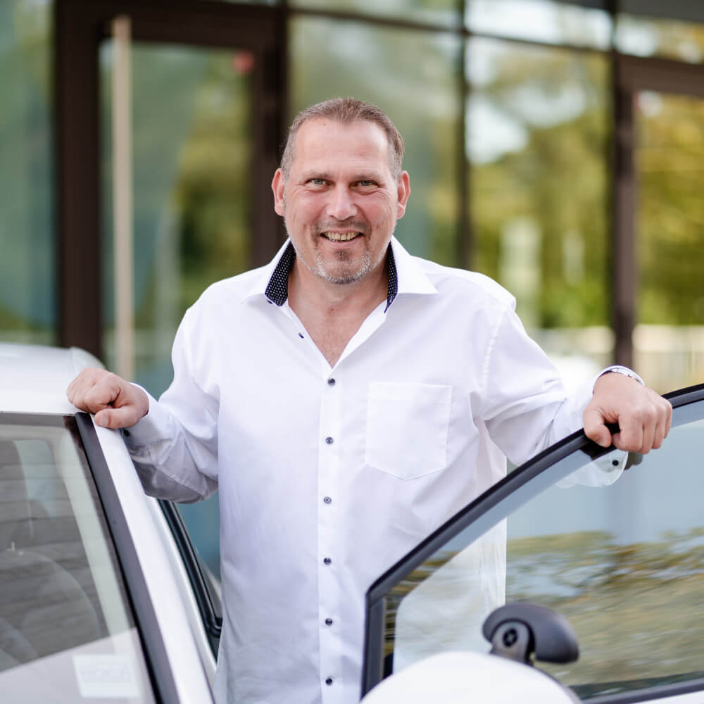 Thomas Böker im Fahrschulauto