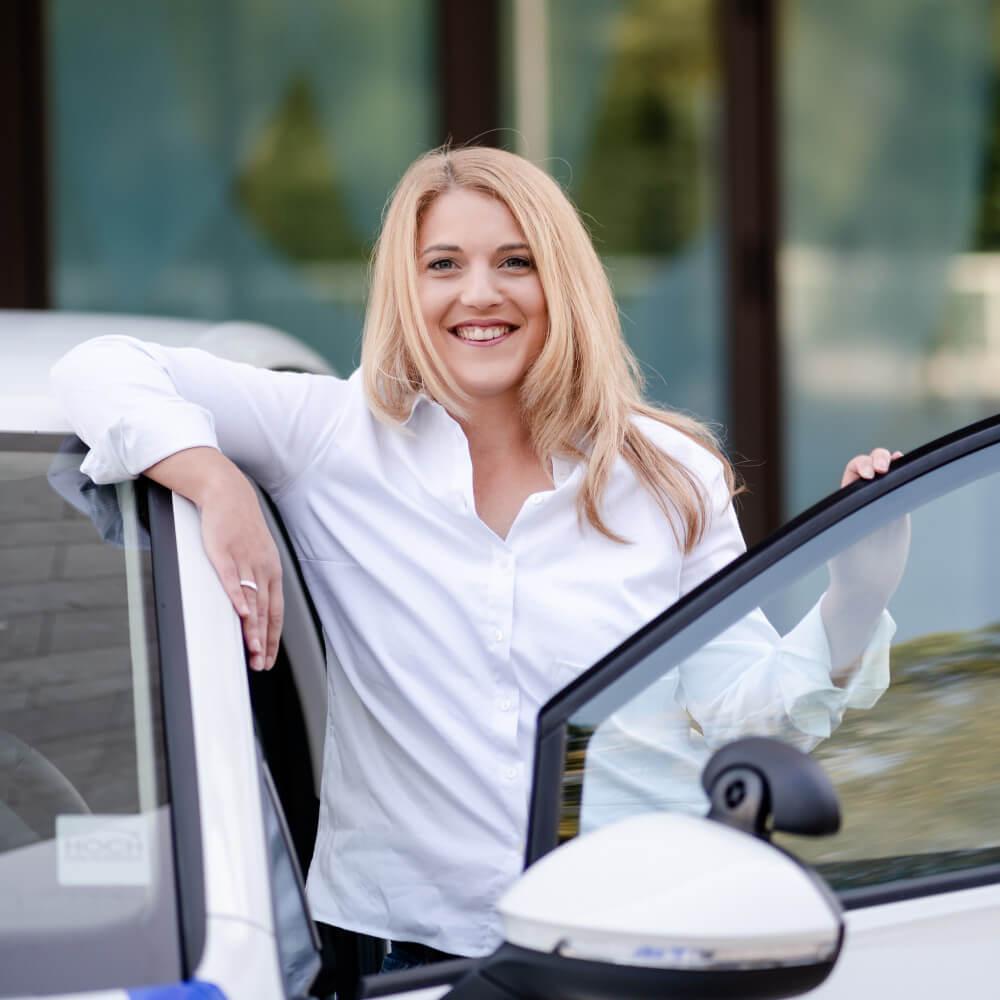 Viktoria Baumann im Fahrschulauto