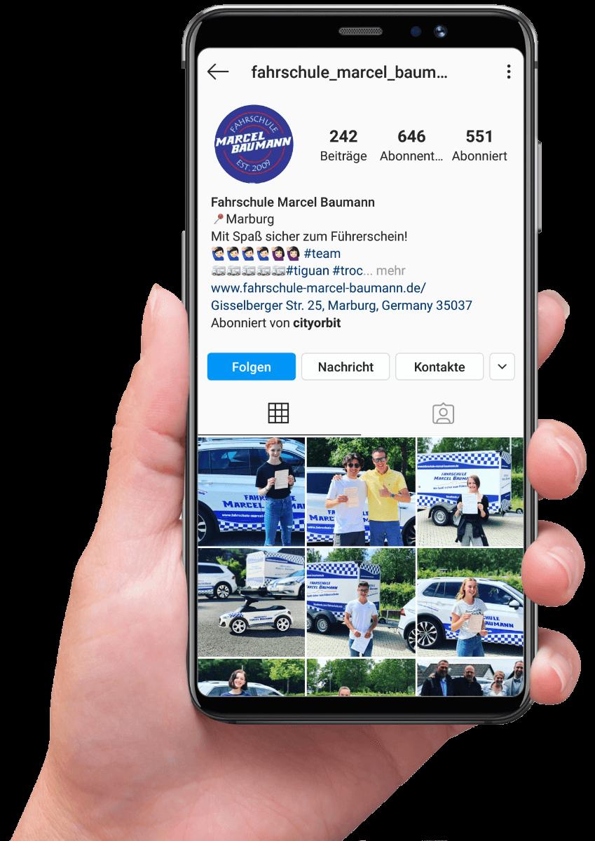 Smartphone mit Instagram Profil von Fahrschule Baumann